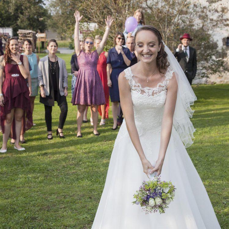 Hochzeitsfotos Braut Strauß werfen