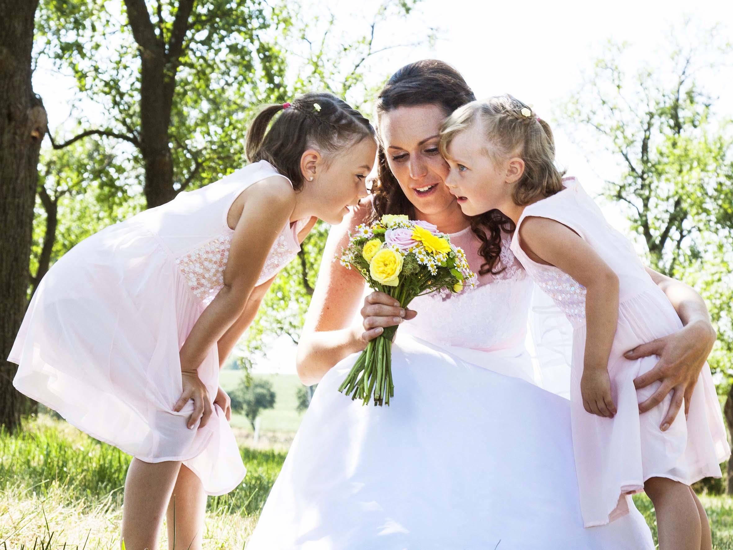 Hochzeits Fotografie Braut und Blumenmädchen